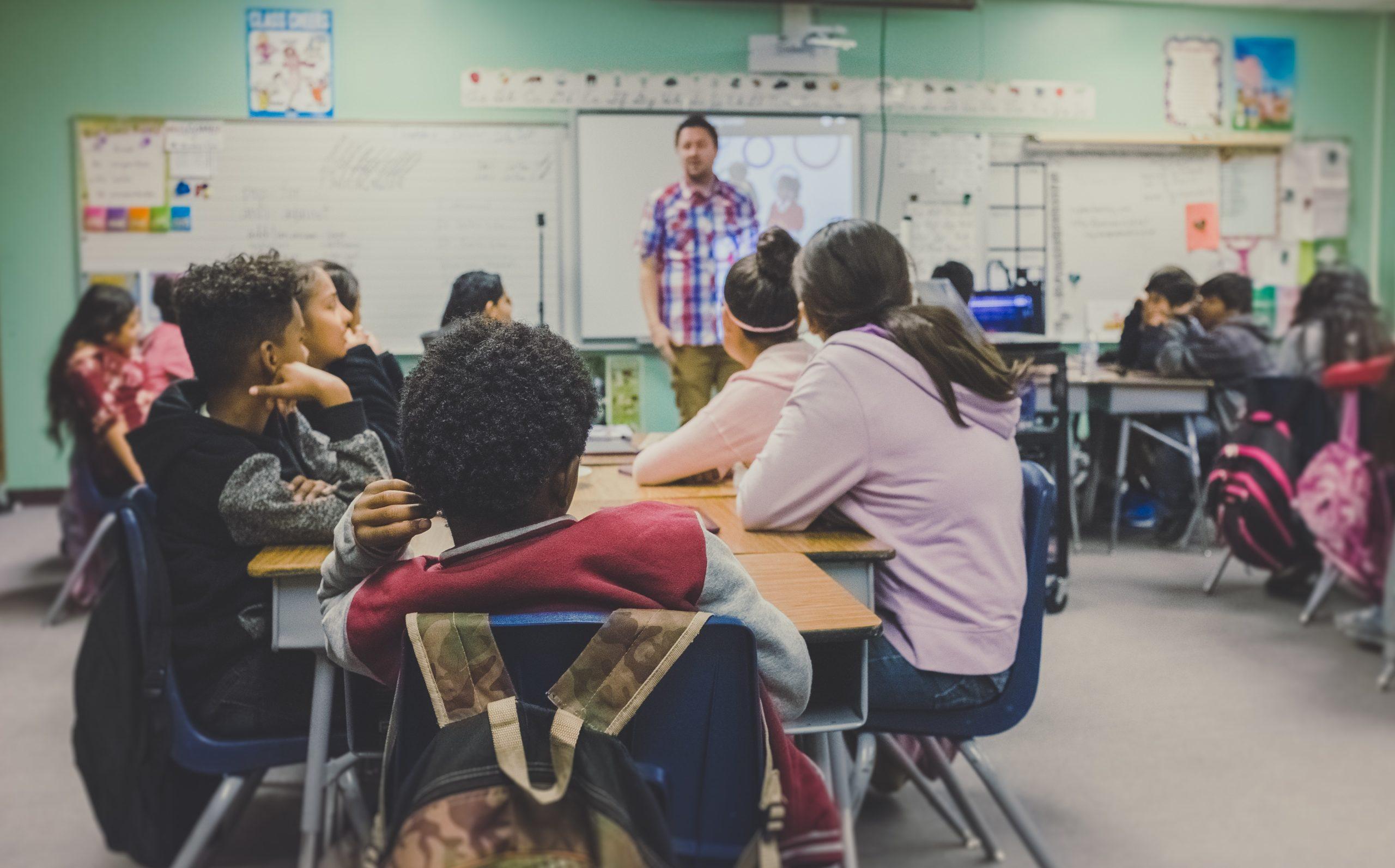 Élèves dans une classe avec leurs professeur